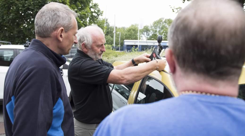 Auto Locksmith With Spectators